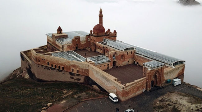 Eşsiz manzarasıyla sisler içinde İshak Paşa Sarayı