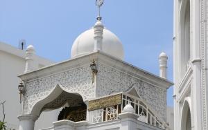 Endonezyada Tac Mahalden esinlenilen cami güzelliğiyle göz dolduruyor