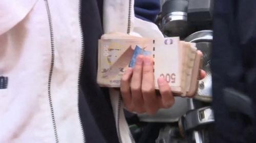 Hong Kongda bir kişi yüksek bir binadan para saçtı