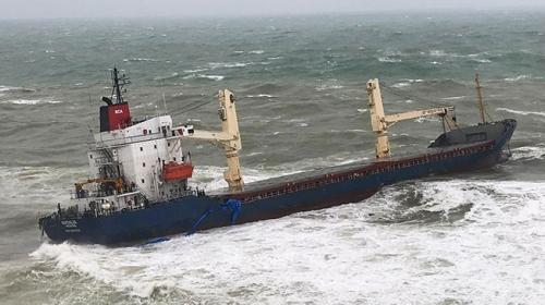 Şilede kargo gemisi karaya oturdu