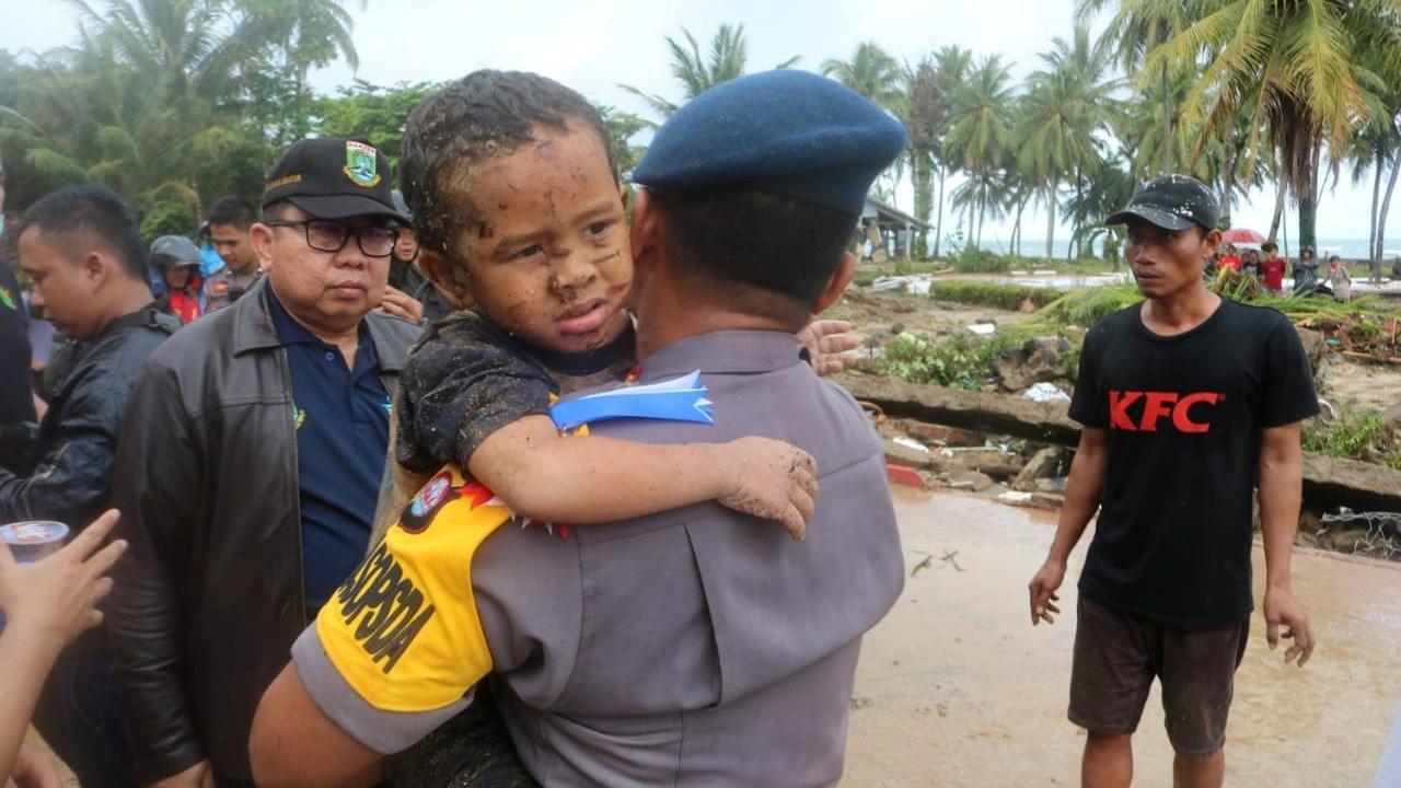 Endonezyada tsunami: Ölü sayısı 281e yükseldi