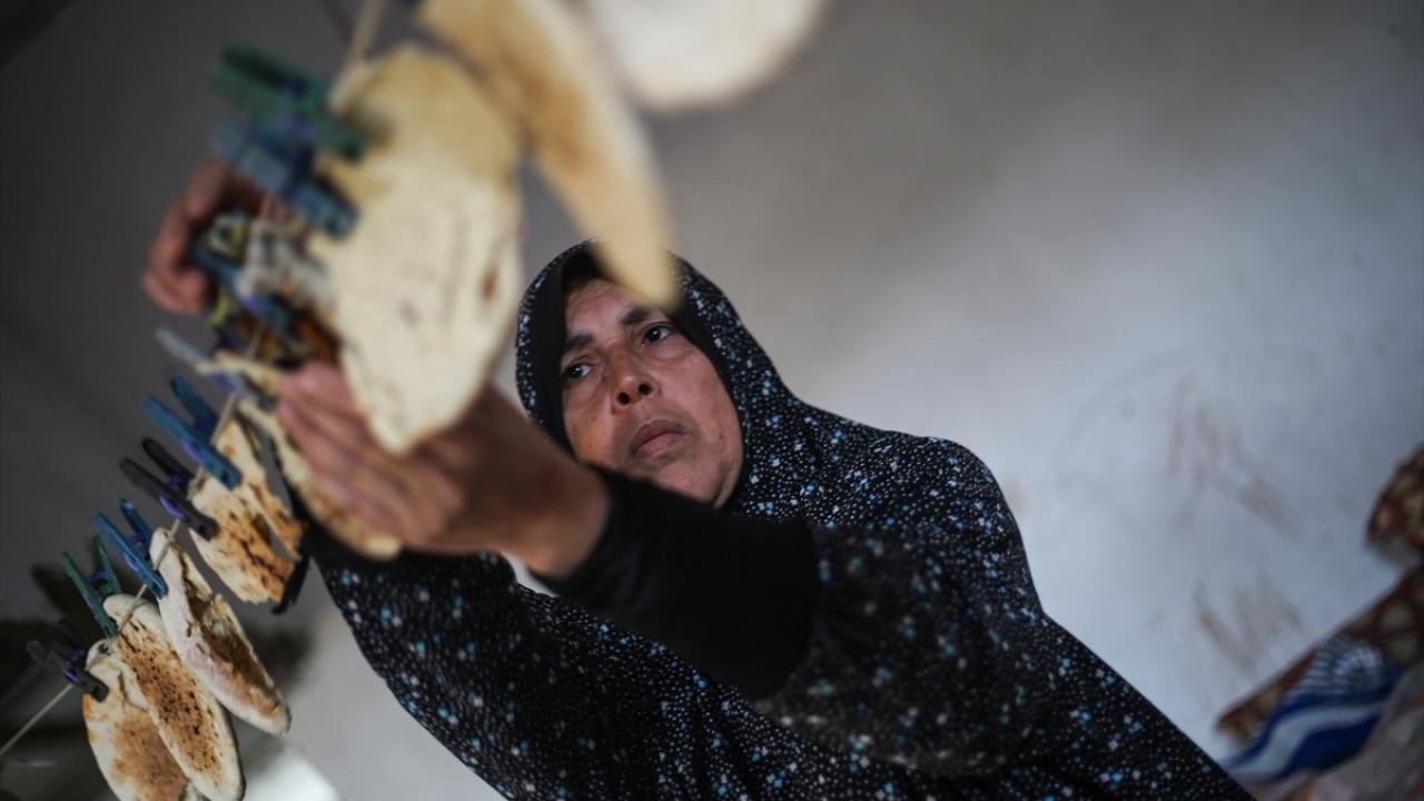 Gazzeli kadın ekmek kırıntılarını satarak ailesine bakıyor