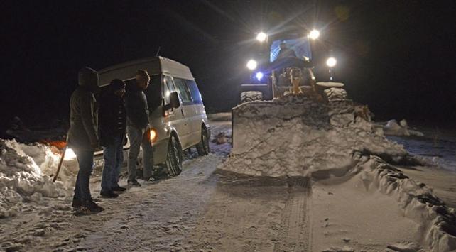 Ağrıda kara saplanan minibüsteki 6 yolcu kurtarıldı