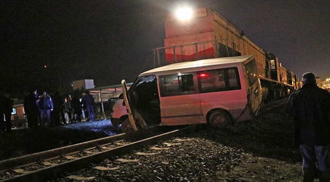 Denizlide yük treni panelvana çarptı: 5 yaralı
