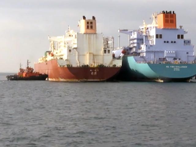 Gemiden gemiye dünyanın en büyük LNG aktarım operasyonu