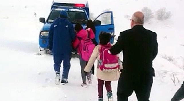 Yolda mahsur kalan öğrencilerin imdadına Mehmetçik yetişti