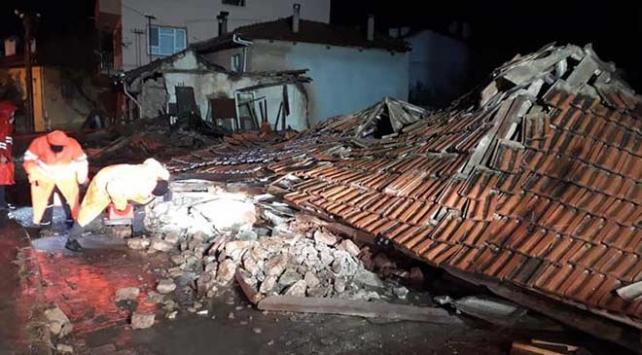 Denizlide aşırı yağışta tescilli eski ev çöktü