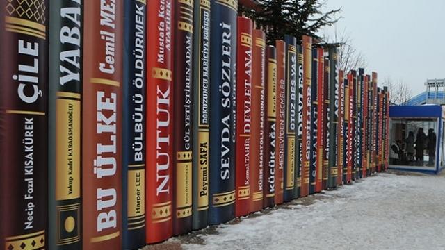 Tunceli'de kitap dekorlu klimalı duraklar kuruldu