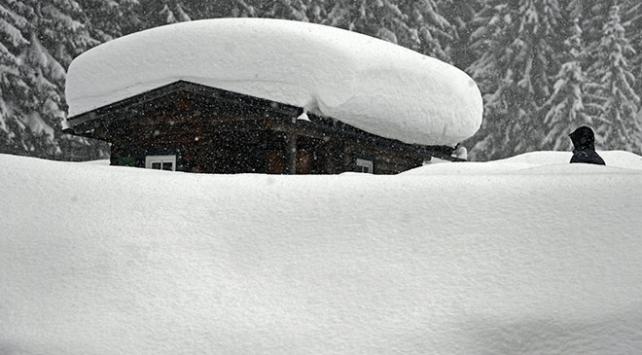 Avusturyada yoğun kar yağışı hayatı olumsuz etkiliyor