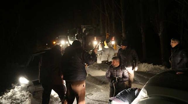 Sivasta karda mahsur kalan minibüs şoförü için seferber oldular