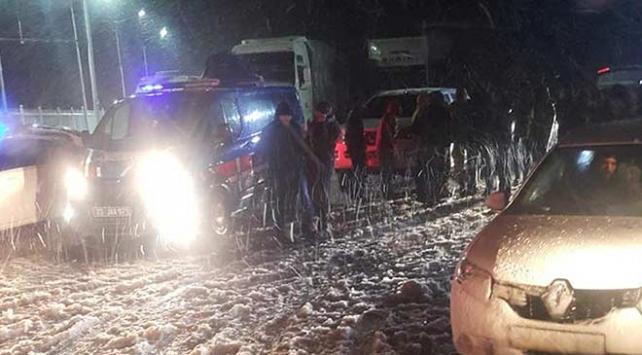 Karda mahsur kalan vatandaşlar için ekipler seferber oldu