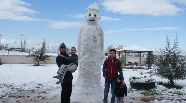 Samsunda yapılan dev kardan adam ilgi odağı oldu