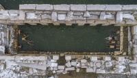 İki bin yıllık tarihi havuzda kar altında yüzüyorlar