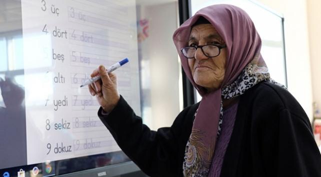 74 yaşındaki Melek ninenin okuma yazma azmi