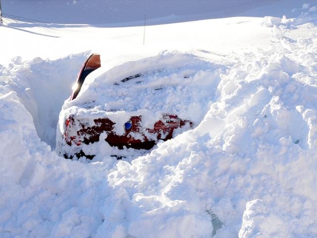 Bitliste ev ve araçlar kara gömüldü