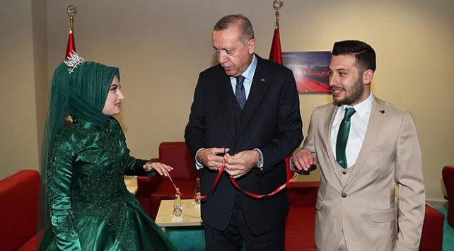 Cumhurbaşkanı Erdoğan Kocaelinde bir çiftin nişan yüzüklerini taktı