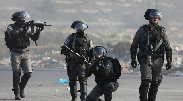 İsrail askerlerinden Filistinlilere ait dükkanlara baskın