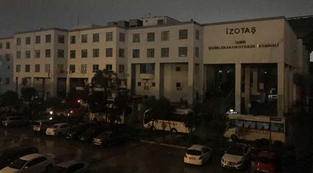 İzmir otogarında yoğun yağışlardan dolayı elektrik kesintisi
