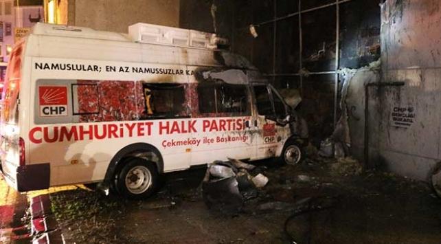 Çekmeköyde CHPnin seçim minibüsü yandı