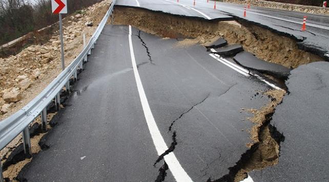 Düzcede heyelan nedeniyle yol trafiğe kapatıldı