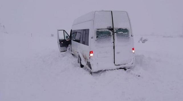 Tatvanda yolcu minibüsü kara saplandı