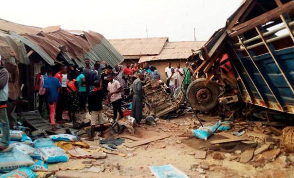 Nijeryada kamyon pazara girdi: 15 ölü