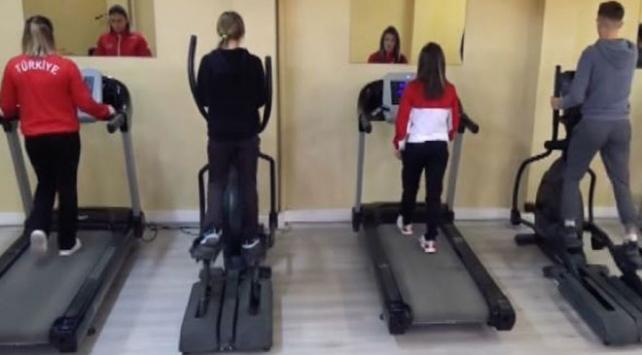Öğrenciler ve öğretmenler boş vakitlerinde spor yapıyor