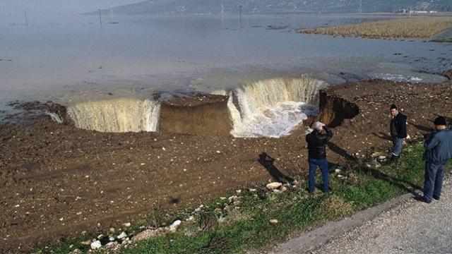 İzmir'de aşırı yağışlardan sonra derin obruklar oluştu