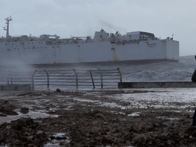 Mersin'de fırtına kargo gemisini sürükledi