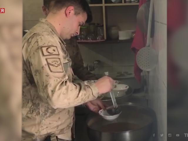 Kar nedeniyle yolda kalanlara Mehmetçik'ten sıcak çorba