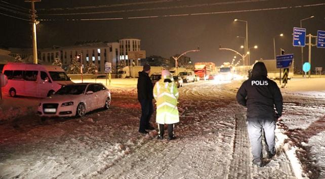 Kar yağışı sebebiyle kapanan bazı yollar yeniden ulaşıma açıldı