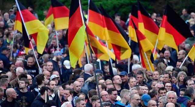 Alman istihbaratı aşırı sağcı parti AfDyi takibe aldı