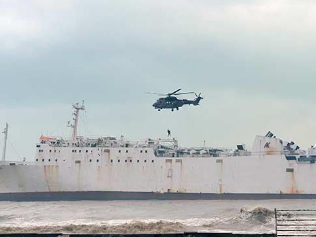 Karaya oturan kargo gemisindeki 2 kişi kurtarıldı