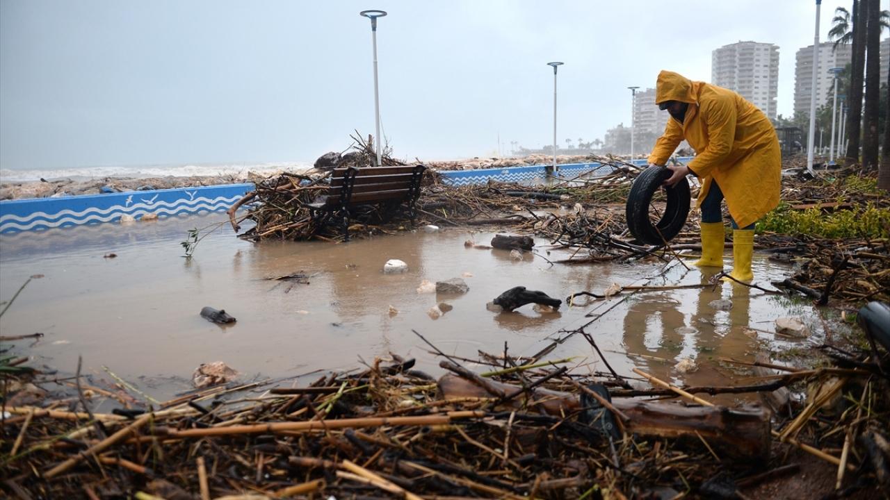 Mersin'de ulaşıma kapanan yoldaki moloz temizleniyor