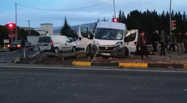 İzmirde tır işçi taşıyan minibüse çarptı: 12 yaralı
