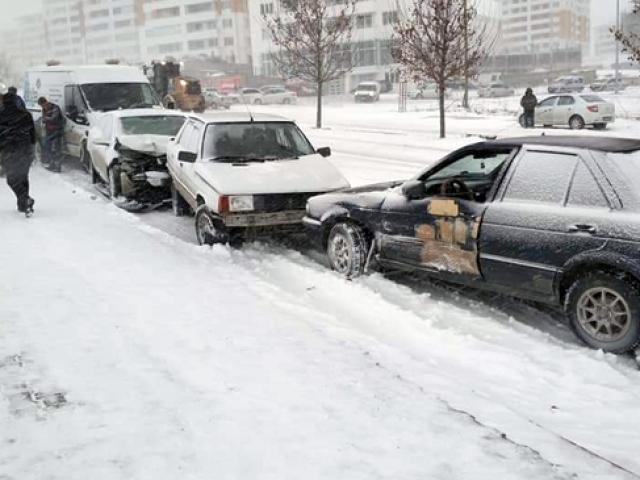 Konya'da yollar buz pistine döndü birçok araç kaza yaptı