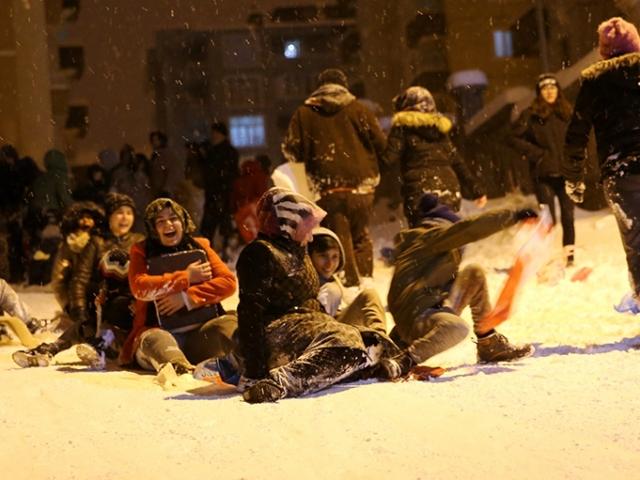 Mahalle sakinleri sokağı kayak pistine çevirdi