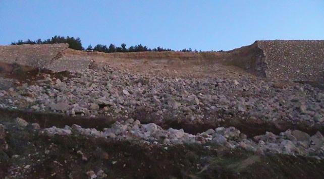 Kahramanmaraşta toprak kayması sonucu istinat duvarı çöktü